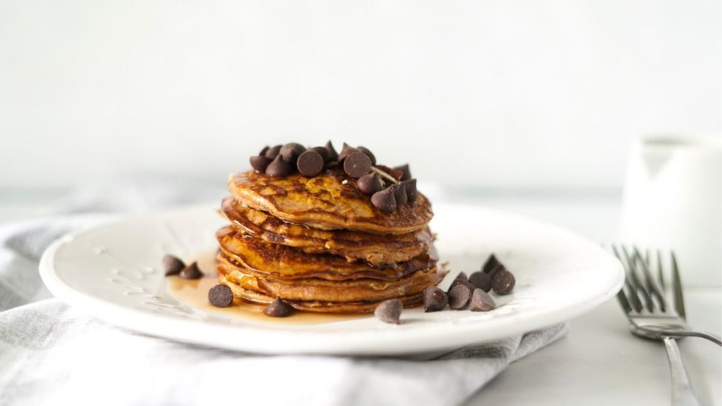 Easy healthy pumpkin spice pancakes flour-less with chocolate chips